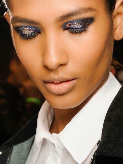 Buiten de lijntjes - Nu proberen: 20 heftige ooglooks voor de feestdagen  #beauty #makeup #xmas #christmas #tutorial #ELLE