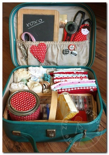 A picnic basket turns into a handy-dandy all-in-one craft station  me quedé con las ganas de comprar una en Francia!