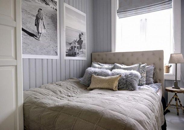 Zdjęcie:  szare panele,jedwabna narzuta i futrzane poduszki na pikowanym łóżku