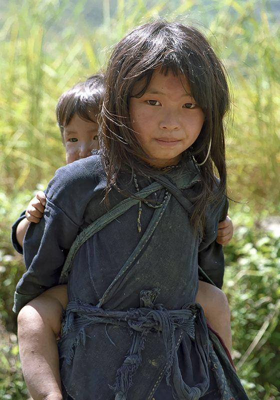 sorella Hmong con il fratello, vietnam.