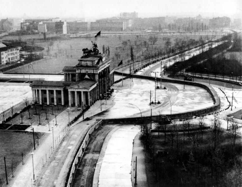 the berlin wall at the brandenberg gate history for on berlin wall id=85484