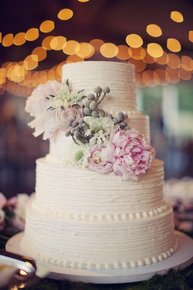 Tort alb cu bujori ca idee pentru a-ti personaliza tortul de nunta cu florile preferate
