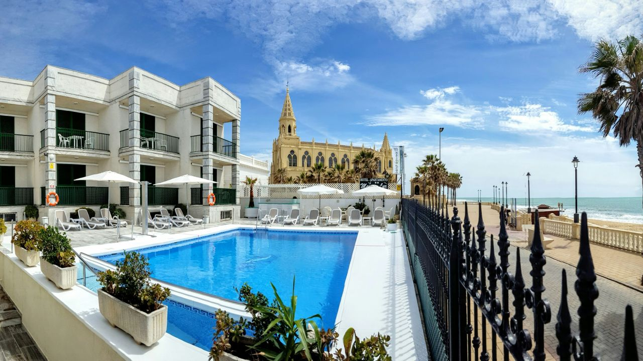 Featuring a kitchen, this apartment provides rooms with a kitchenette, tv set and a balcony along with a private bathroom. Hotel Apartamentos Marina Luz (Chipiona) • HolidayCheck ...