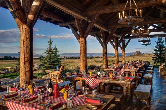 """restaurant en plein air avec des nappes à carreaux rouges sur des tables en bois donnant sur les plaines. """"width ="""" 1024 """"height ="""" 683"""