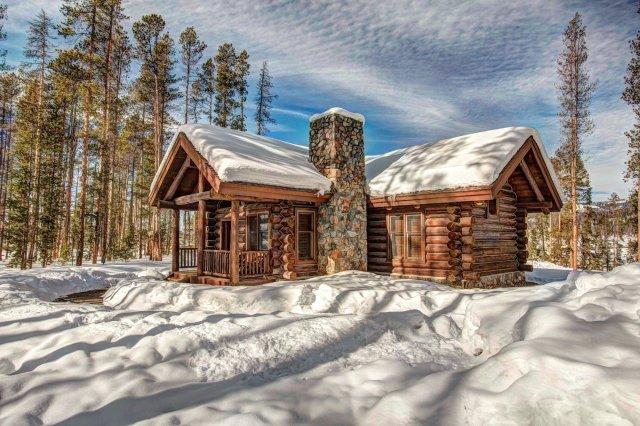 """cabane en rondins avec de la neige sur le toit """"width ="""" 2000 """"height ="""" 1334"""