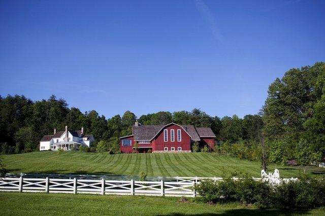 """Grange rouge entourée de verts et d'une clôture blanche. """"Width ="""" 800 """"height ="""" 533"""