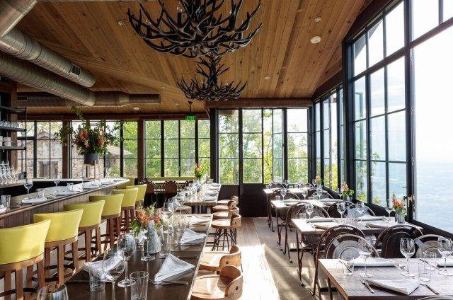 """Scène de restaurant avec tables et chaises et sièges de bar en cuir jaune. """"Width ="""" 1157 """"height ="""" 768"""