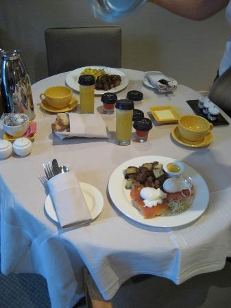 Sofitel Montreal: Petit Dejeuner servi en Chambre (courtesy tripadvisor.com)