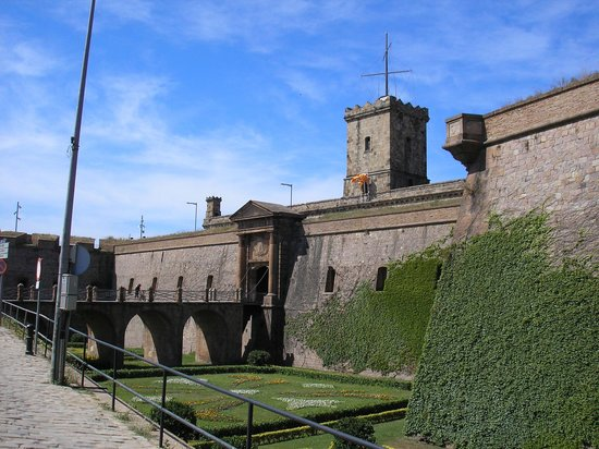 https://i1.wp.com/media-cdn.tripadvisor.com/media/photo-s/01/02/bd/ed/castell-de-montjuic.jpg