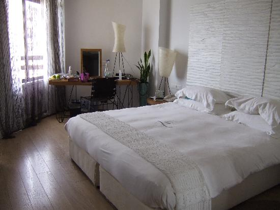 Londa Hotel Bedroom With Plush Double King Bed