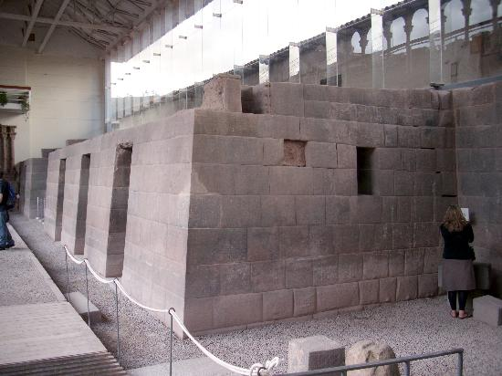 los ingenieros y arquitectos incas tuvieron el ingenio de edificar las paredes de sus templos no sino con una calculada inclinacin para que