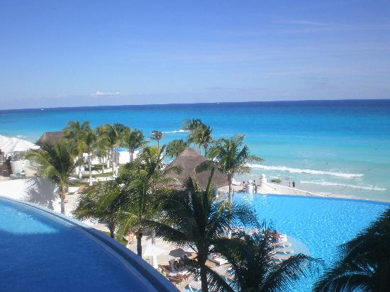 Le Blanc Spa Resort: View from 3rd Floor terrace pool, lobby pool, and ocean....can't tell which water is more blue?