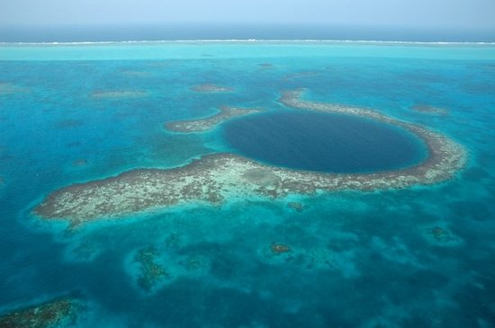 "<a href=""/Attraction_Review-g291961-d296241-Reviews-The_Great_Blue_Hole_at_Lighthouse_Reef-Ambergris_Caye_Belize_Cayes.html"">The Great Blue Hole at Lighthouse Reef</a> Foto: This is an arial view of the Blue Hole just off the coast of the barrier reef."