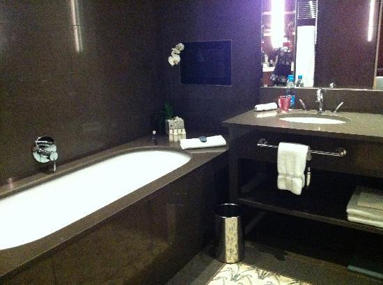 salle de bains baignoire tv picture