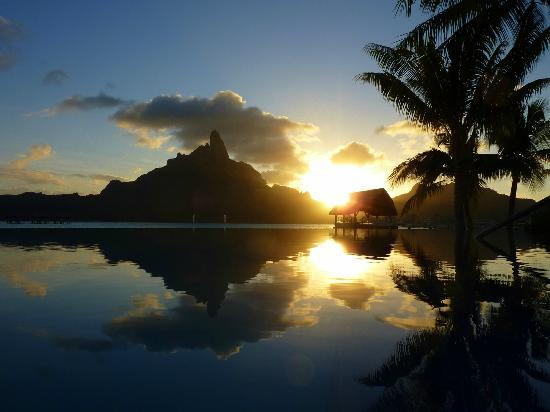 Bora Bora, Polinesia Prancis: Traumhafter Sonnenuntergang