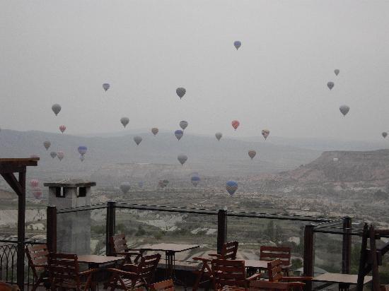 Cappadocia Cave Resort & Spa: 部屋からの眺め(手前はホテルのカフェテラス)
