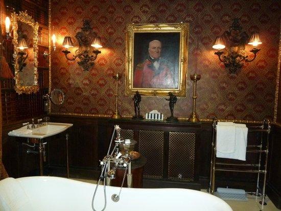 old castle bathroom : Brightpulse.us