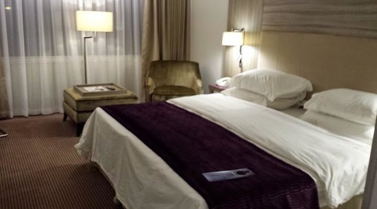 Radisson Blu Hotel Manchester Airport Huuuuuuuge Super King Size Bed Firm Mattress