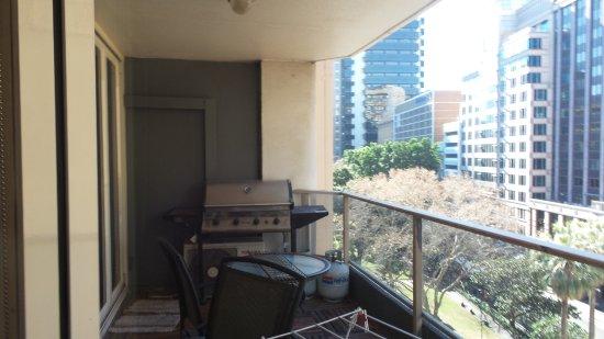 Madison Carrington Apartments Balcony Wz Bbq Table Set