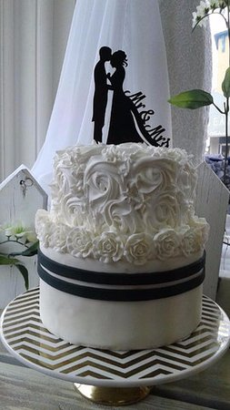 Black and white wedding cakes   sophisticiation   Picture of Uptown     Uptown Girl Cupcakes and Dessert  Black and white wedding cakes    sophisticiation