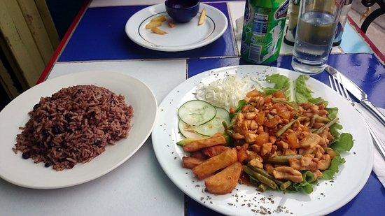 pollo con Piña y arroz con Habichuelas, un manjar