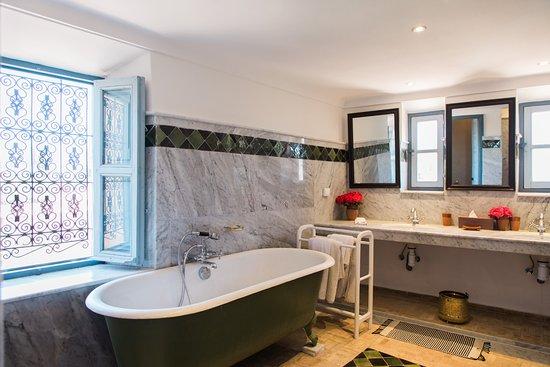 hotel by beldi salle de bain avec baignoire
