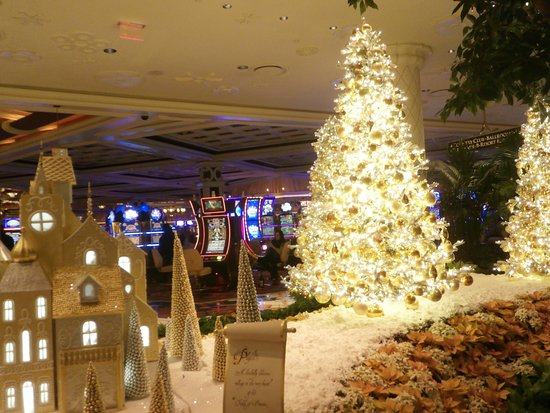 Wynn las vegas christmas decorations for When does las vegas decorate for christmas
