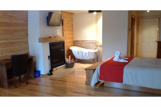 chambre luxueuse lit queen avec foyer