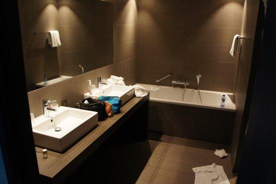 van der valk hotel dordrecht tres grande baignoire et vaste douche italienne entree sur
