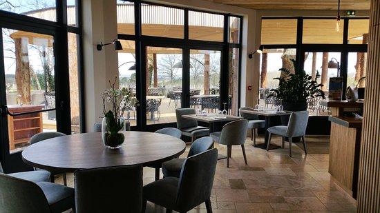 la table de caillivet une belle terrasse avec plusieurs essences de bois