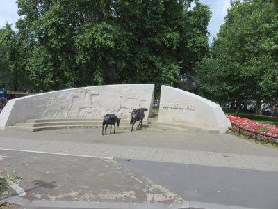 Risultati immagini per Londra un monumento dedicato agli animali caduti in guerra e un memoriale (Animals in War Memorial Found)