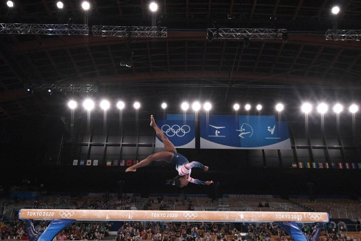Simone Biles bounces back, but falls short of gold 2