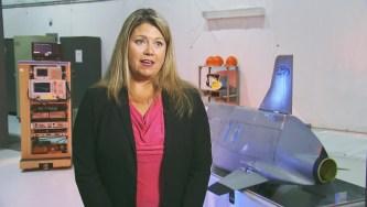 画像:空軍研究所のメアリー・ルー・ロビンソンがCHAMPミサイルについて説明しています。