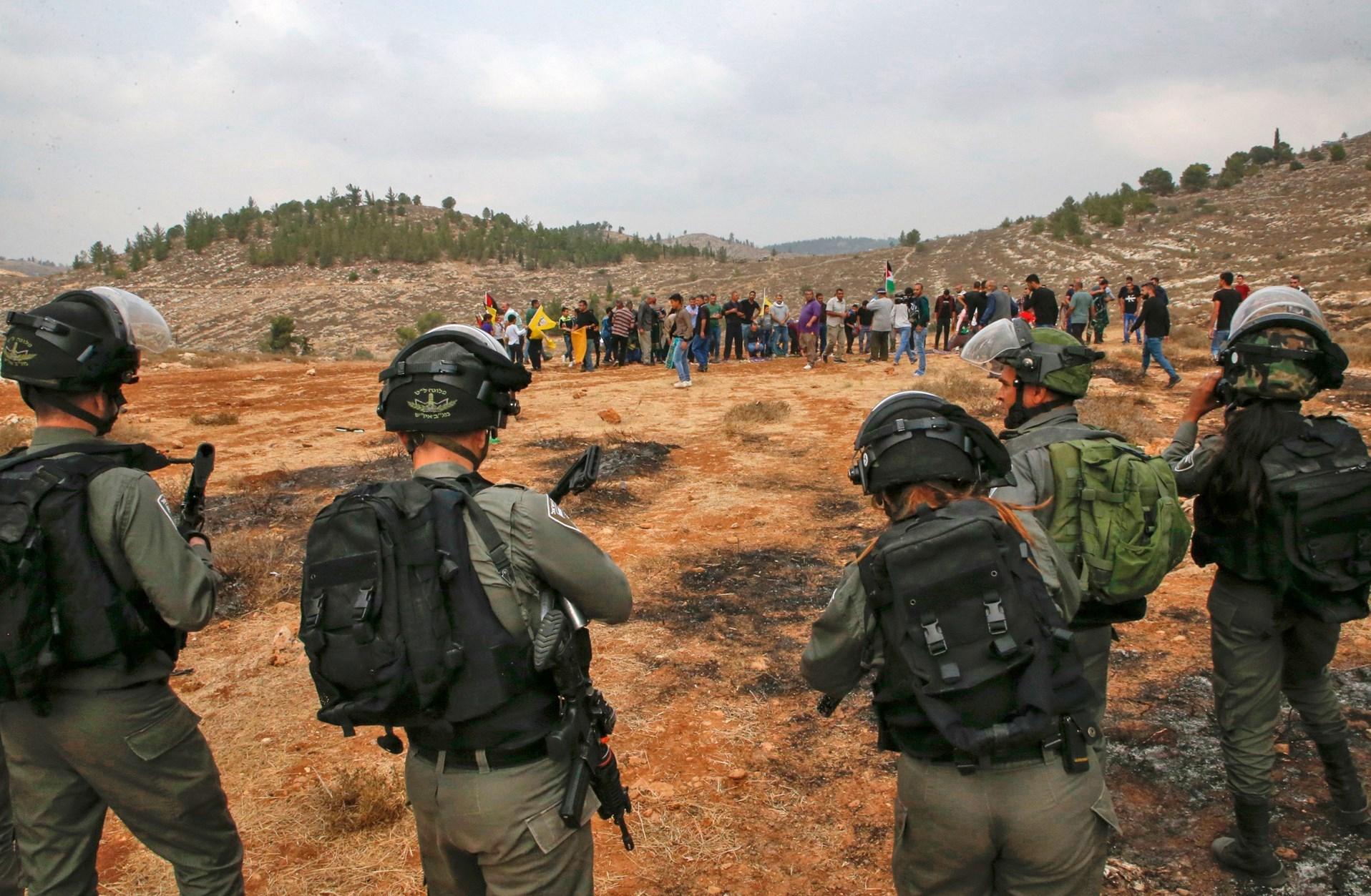 Soldados israelíes arrestan y agreden en Belén a periodistas solidarios  con Mouaz Amarneh