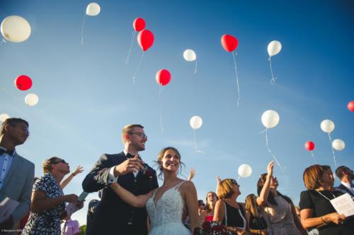Les mariés et le lâcher de ballons