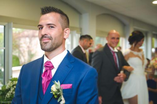 Le marié attend de voir sa mariée