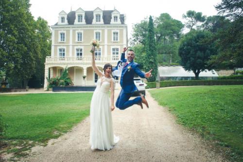 Un saut fun des mariés