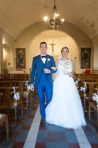 Les mariés qui sortent de l'église