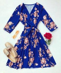 Rochie eleganta ieftina plisata albastra cu imprimeu floral si maneci trei sferturi