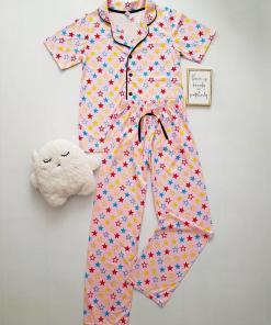 Pijama dama ieftina bumbac roz cu pantaloni lungi si tricou cu nasturi cu imprimeu stelute