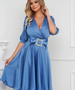 Rochie PrettyGirl albastru-deschis eleganta midi in clos din satin accesorizata cu o catarama