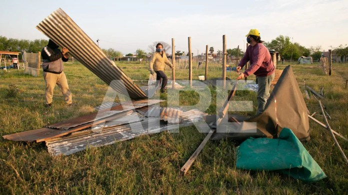 Personal contratado por las autoridades desarmó las casas precarias deshabitadas en el terreno federal usurpado en el norte de la ciudad.