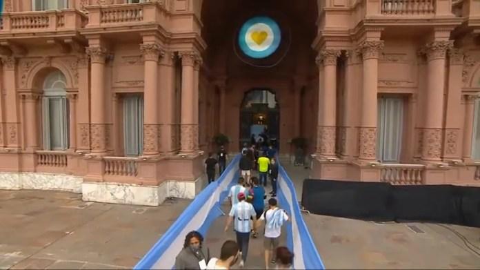 Así ingresan la gente que se va a despedir de Diego Maradona a la Casa Rosada.