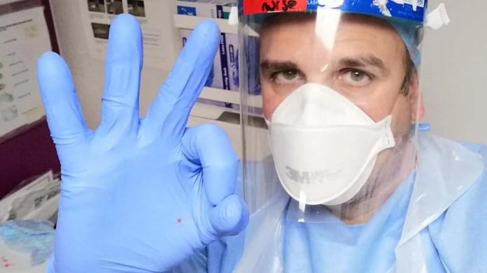 Joan Pons Laplana, un enfermero del Hospital de Sheffield en Inglaterra que es uno de los 10.260 voluntarios que testeó la vacuna para prevenir el coronavirus que desarrolla la Universidad de Oxford.