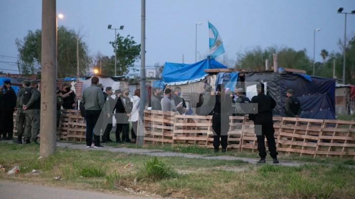 Los equipos sociales del Estado forman parte del operativo para dialogar con las familias que usurpan terrenos.