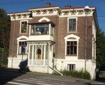 Huldas hus. Ingången ligger på baksidan, i det gröna trähuset