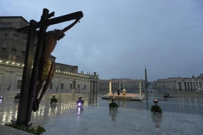 El Papa Francisco dió la indulgencia mundial y pidió estar unidos para combatir a la pandemia.