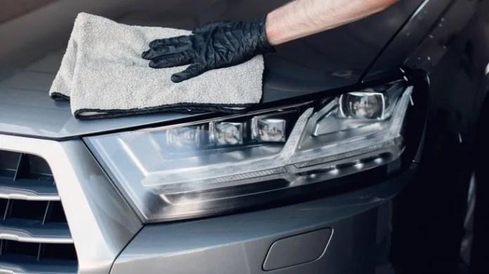 Todas las superficies serán secadas con rejillas, trapos o microfibras que tendrán el proceso de desinfección entre vehículo y vehículo.
