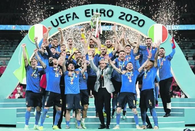 Campeón I. Italia se consagró por segunda vez, y luego de 53 años, en la Eurocopa, tras vencer a Inglaterra por 4-3 en definición por penales en Wembley, luego del empate 1-1 en los 90' reglamentarios y en el tiempo suplementario.