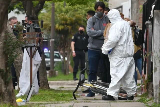 Un estudiante de 17 años fue asesinado de una puñalada en el pecho cuando salía de su vivienda de la localidad bonaerense de Ezpeleta, partido de Quilmes, y se investiga si lo atacaron para robarle.
